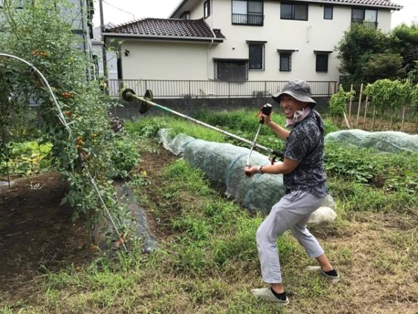 初めての草刈り機に興奮